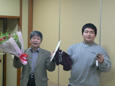 高橋先生とご長男に記念品贈呈