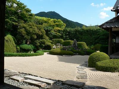 快晴の頼久寺庭園