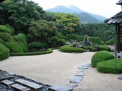 本日は、雨の庭園