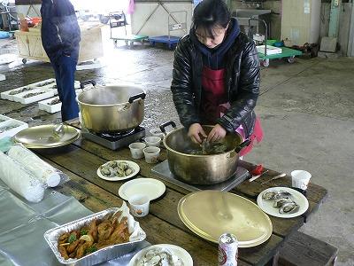 玉島魚市場で新鮮な蛎をいただく