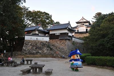 夕暮れの松山城とゆるキャラ「ヤマジーロ」